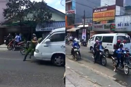 Clip xe khách vi phạm luật đẩy lùi công an Đà Lạt trăm mét trên đường