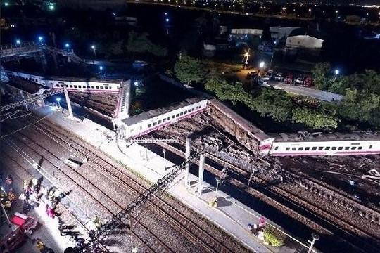 Giây phút tàu hỏa Đài Loan gặp tai nạn thảm khốc qua camera an ninh