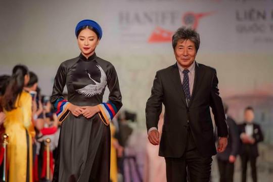 Dàn sao Việt và quốc tế lộng lẫy trên thảm đỏ LHP quốc tế Hà Nội lần thứ V