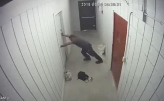 Đột nhập từ trần nhà vào cuỗm đồ, tên trộm sập bẫy của chủ cửa hàng
