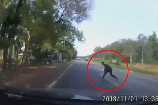 Người đàn ông lao vào đầu ô tô ăn vạ khiến tài xế hốt hoảng