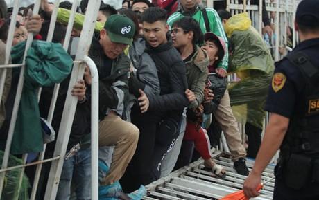 Đội mưa, thức suốt đêm, bị côn đồ đe doạ đến bật khóc để có vé xem trận Việt Nam-Malaysia