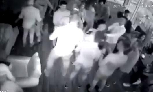 Va chạm ở quán bar, võ sĩ một mình đấm gục 8 thanh niên