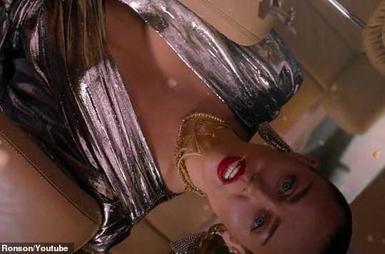 MV mới của Miley Cyrus gây tranh cãi vì hình ảnh gợi dục và dính đến tôn giáo