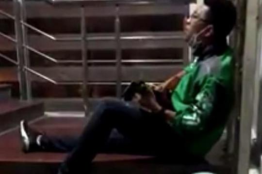Tài xế GrabBike bị bồ đá ngồi đàn hát một mình, ngàn người tìm tên bài hát
