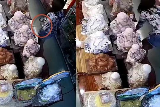 Clip gái xinh trộm đồ thờ cúng trong cửa hàng ở TP.HCM, nhét vào vùng kín