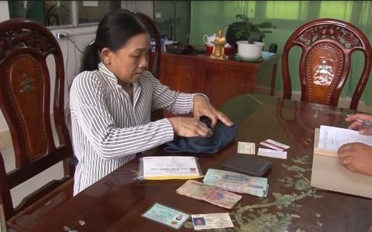 Đồng Tháp: Thấy chiếc ví có gần 85 triệu đồng, chị nhặt ve chai đem nộp công an