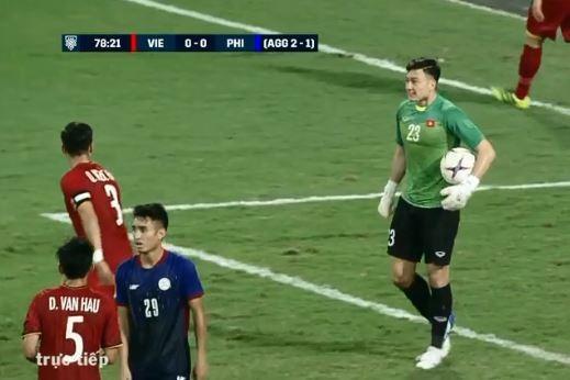 Thủ môn Văn Lâm 'vuốt ve' Quế Ngọc Hải sau màn cãi nhau trong trận thắng Philippines