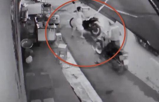 Clip cô bán nước dũng cảm chặn đường 2 đạo tặc, giành lại xe máy bị cướp