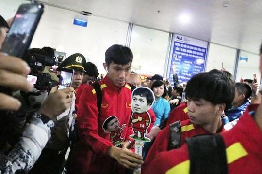 AFF Suzuki Cup 2018: Chùm ảnh người hâm mộ đón đội tuyển Việt Nam tại sân bay Nội Bài