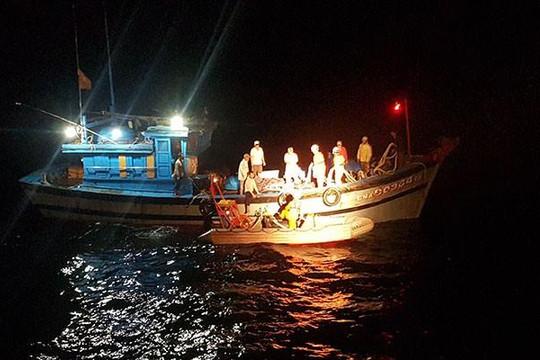Xuyên đêm vượt biển cứu nạn 8 ngư dân và tàu cá Đà Nẵng ở vịnh Bắc Bộ