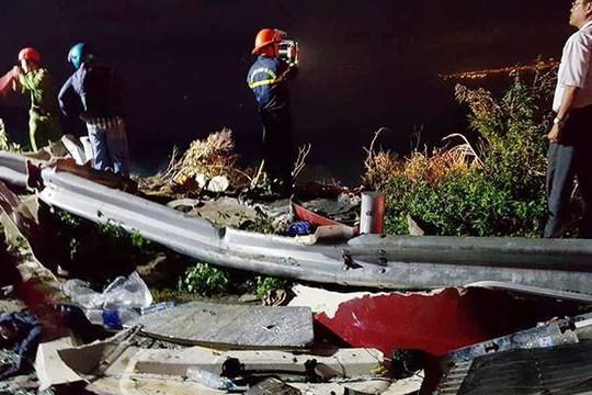 2 xe bồn đâm nhau lao xuống vực đèo Hải Vân, 1 người tử vong