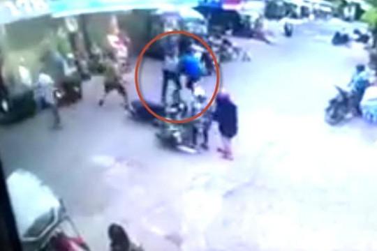 Clip kẻ giật dây chuyền bị đánh nhừ tử vì dính tay lái vào xe ninja khi bỏ chạy
