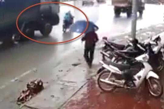 Clip ô tô tải từ sau lao đến cán chết 2 mẹ con đi xe máy ở Yên Bái