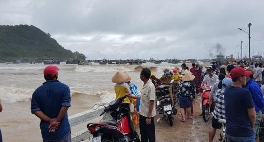 Kiên Giang: Hàng chục tàu thuyền ở đảo Thổ Châu bị sóng đánh chìm