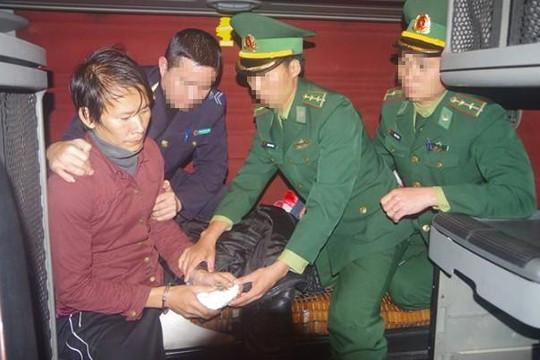 Phụ xe container giấu 1.400 viên ma túy để mang qua cửa khẩu