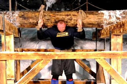 Lực sĩ nâng khúc gỗ 650kg, phá vỡ kỷ lục tồn tại 1.000 năm