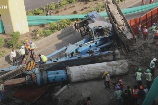 Kinh hoàng cần cẩu khổng lồ nặng 120 tấn đổ ập xuống đường phố