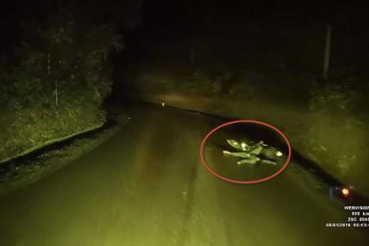 Thanh niên nằm bên đường vắng biến mất như ma khi tài xế ô tô nhờ người đến giúp