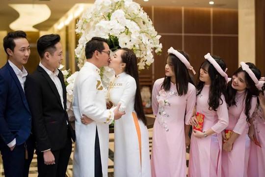 NSND Trung Hiếu hôn vợ thắm thiết trong đám cưới tại Sơn La