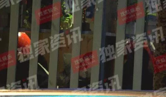 Triệu Vy bị bắt gặp hôn người đàn ông lạ mặt giữa đêm khuya