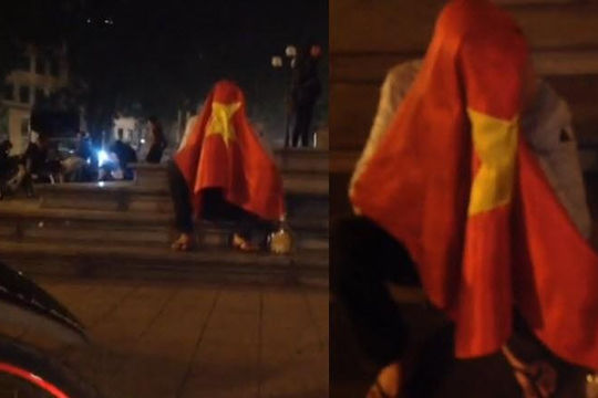 Chàng trai ngồi khóc hơn 1 tiếng trước Nhà hát lớn Hà Nội vì Việt Nam thua Nhật