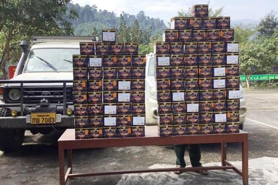 Bắt 2 xe ô tô chở 98 bánh pháo từ Lào về Việt Nam