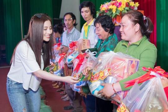 Tố My cùng học trò trao 500 phần quà cho bà con nghèo Bến Tre ăn tết