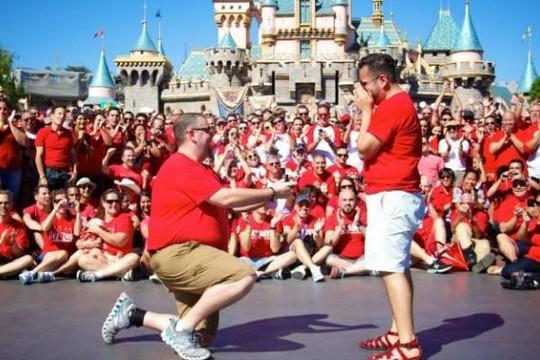 Disneyland lần đầu tổ chức lễ diễu hành tự hào đồng tính