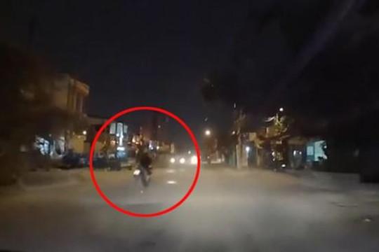 Phóng xe máy tốc độ cao vấp ổ gà, nam thanh niên nhận cái kết đắng