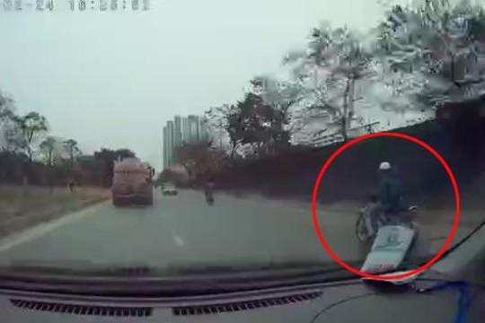 Vừa lái xe vừa dùng điện thoại, nam thanh niên suýt mất mạng