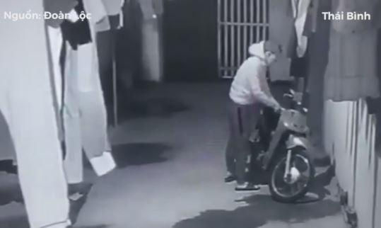 Trộm liều lĩnh vào nhà trọ bẻ khóa, cuỗm xe máy trong tích tắc