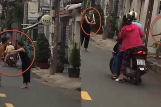 Clip cô gái cầm mã tấu chém chồng và người đi đường ở TP.HCM