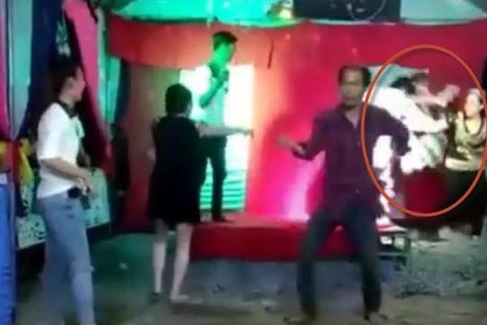 Clip 2 thanh niên đánh lộn trong đám cưới vì đạp chân nhau khi nhảy
