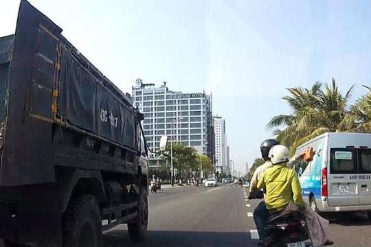 Cặp trai gái chạy xe máy ném gạch làm tài xế xe tải bị thương giữa Đà Nẵng