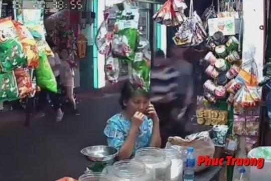 Ngồi nghe điện thoại trước cửa hàng, người phụ nữ bị cướp kéo ngã sõng soài