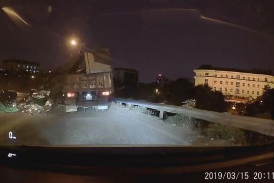 Xe tải vỡ thùng trên cao tốc, tài xế may mắn thoát nạn trong tích tắc