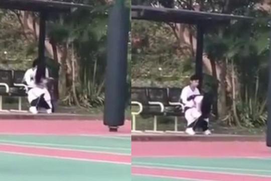 Cặp đôi làm chuyện ấy trên ghế công viên mặc đám đông chơi bóng rổ