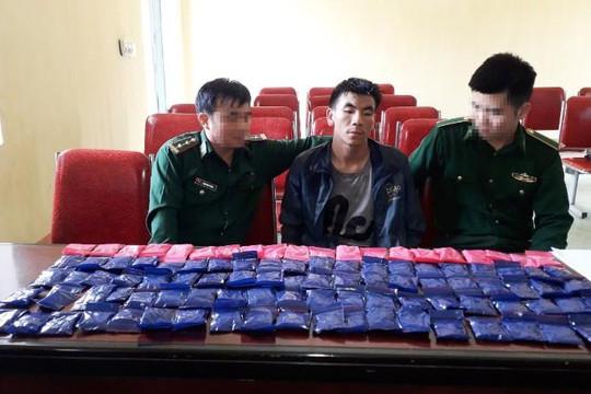 Nghệ An: Bắt thanh niên Lào vận chuyển 20.000 viên hồng phiến qua biên giới