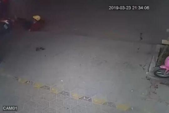 Dừng xe ngồi bấm điện thoại bên đường, nữ 'ninja Lead' bị ô tô tông ngã