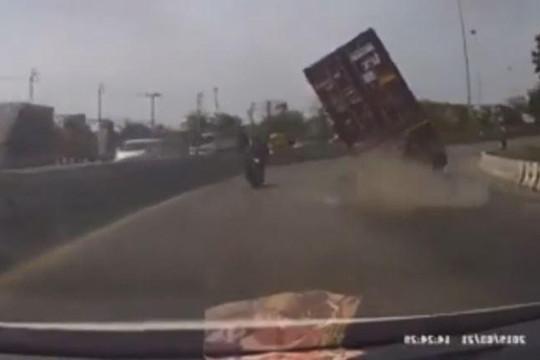 Container ôm cua đổ ra đường, xe máy chạy song song thoát chết thần kỳ