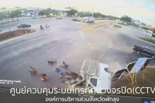 Ô tô bán tải vượt ẩu gây tai nạn, gần 20 thanh niên văng ra khỏi thùng xe