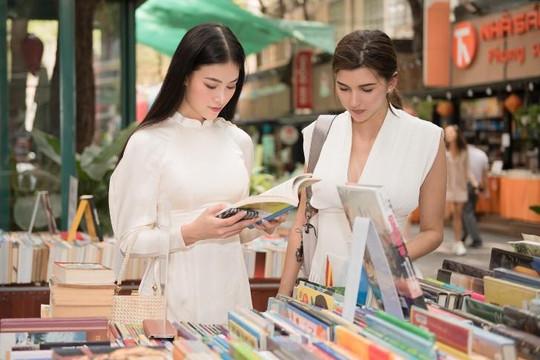 Hoa hậu Phương Khánh dẫn Á hậu Trái đất người Áo đi chợ, ăn món ngon bình dân Việt Nam