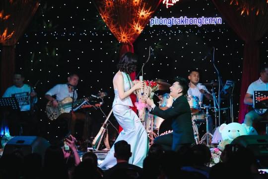 Quang Hà quỳ gối tặng hoa cho Lệ Quyên
