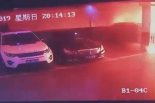 Kinh hoàng ô tô điện phát nổ như bom trong hầm để xe