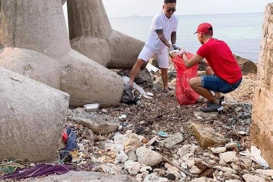 Tuấn Hưng được khen ngợi khi cùng bạn bè dọn rác sau ngày nghỉ lễ ở đảo Lý Sơn