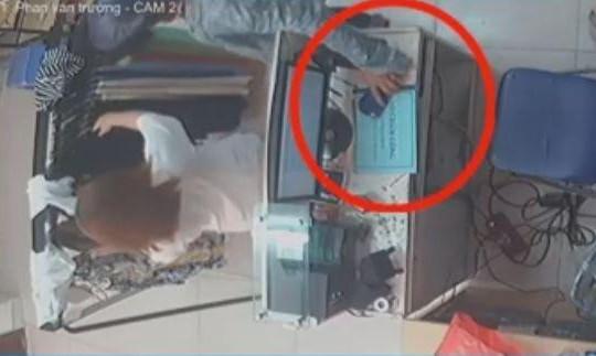 'Nữ quái' đánh lạc hướng người bán hàng, trộm điện thoại nhanh như chớp