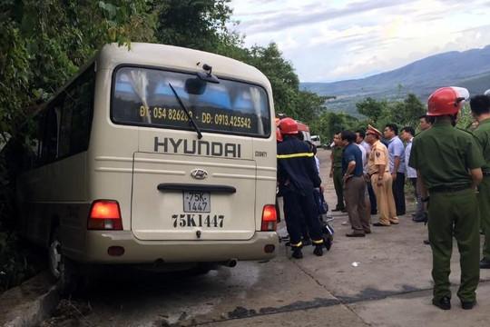 Xe khách chở sinh viên nước ngoài tông vào vách núi Bạch Mã