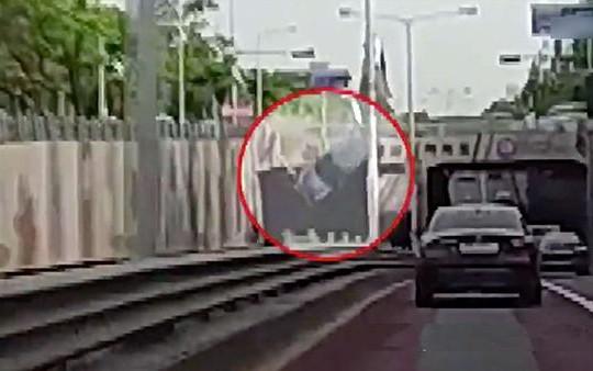 Kinh hoàng ô tô mất lái đâm vào lan can cầu vượt rồi rơi xuống đường