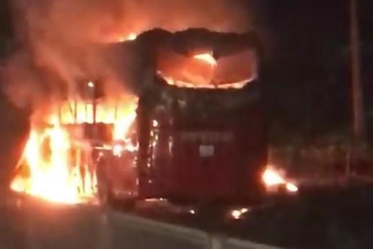 Xe khách cháy rụi, hành khách an toàn nhờ đổi xe